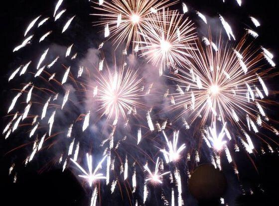 Bildet kan inneholde: fyrverkeri, nyttårsdag, festival, himmel, midnatt.