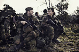 unge menn og kvinner i felt i forsvaret.